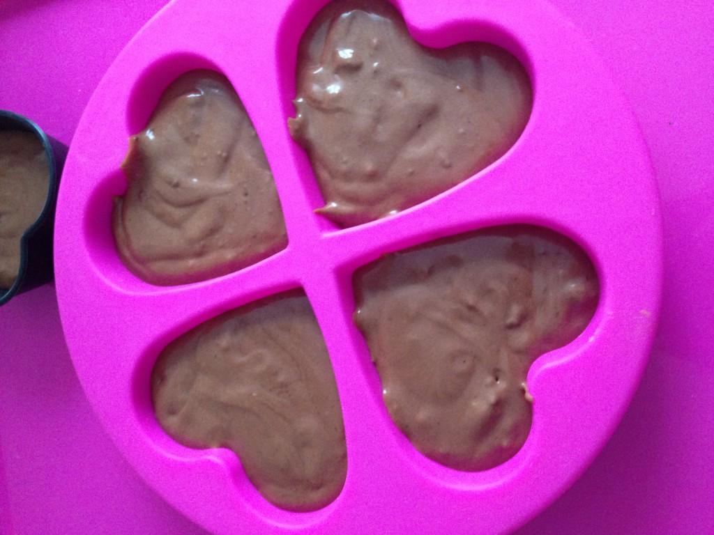 Préparation du gâteau au chocolat, moule en silicone garde le moelleux